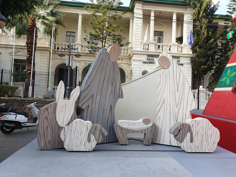 Μινιμαλιστική φάτνη σχεδιασμένη από αρχιτέκτονα τοποθετήθηκε στην Ανεξαρτήσιας